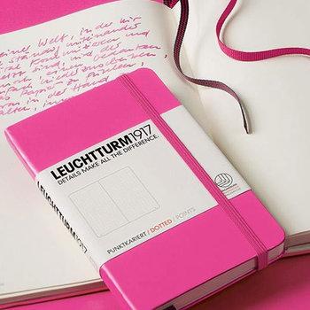 学生や新入社員は、忘れてはいけないことが多いのでメモは必須。なるべくたくさん書けるノートタイプがおすすめです。ページ数が多くハードカバーのノートならタフなので、普段から持ち歩いてガシガシ書き込めます。
