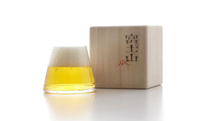 ビールを注げば、雪化粧した富士山に!お酒好きなお父さんの1日の疲れをほぐしてくれるビールグラスをプレゼントしませんか。  赤色アイテムではありませんが、日本人の心のシンボル。縁起のいいものとして知られていますよね。