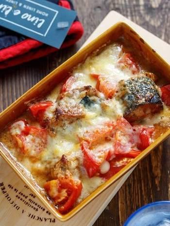 サバ缶とトマトを重ね、マヨネーズとピザ用チーズをトッピングして焼くだけの簡単レシピです。味噌煮のサバ缶を使うことで味付けいらず。おかずにもおつまみにもおすすめです。