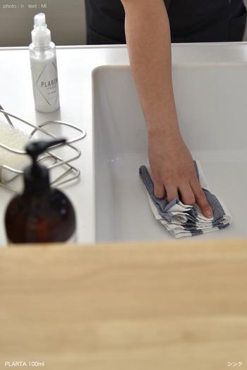 コーティング剤が全体に行き渡ったら、きれいなクロスで拭き上げておしまいです。コーティングをしておくことで、汚れが付きにくくなり、普段のお手入れは水でさっと流すだけでOK。