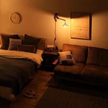 スペースが限られているお部屋には、ブラケットタイプの照明を補助として使うのもおすすめ。壁に取り付けるので、床やテーブルの上などのスペースを使うことなく明かりを確保できます。お部屋のアクセントにもなり、一気におしゃれな雰囲気もアップしますよ。