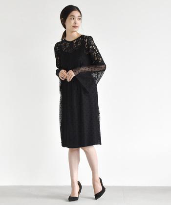 こちらのドレスは繊細なドットチュールと、華やかなレースの組み合せがおしゃれな雰囲気です。シックな黒のワンピースは、アクセサリーやバッグなど合わせる小物次第で、様々な雰囲気を演出できますよ。