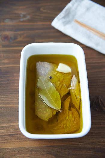 すぐできるのにすごく美味しい!自家製ツナは是非とも大きく塊でドカンといただきたい一品。サラダやパスタ、パンに乗せたり色々使える便利な保存食です。