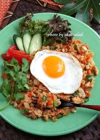 ナシ(ごはん)ゴレン(炒める・揚げる)という名前のナシゴレンは、インドネシア・マレーシアの「チャーハン」。味付けにスイートチリソースと焼き肉のタレ、ちょっぴりのカレー粉で、刺激的ながら食べやすい味に。