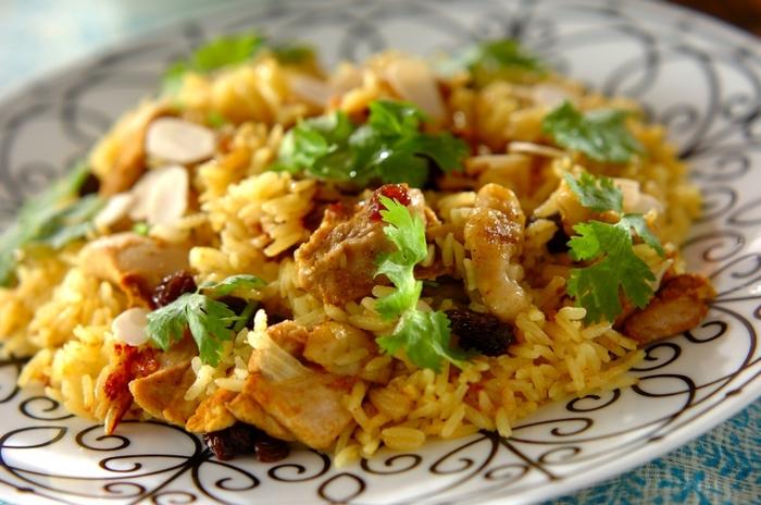 ビリヤニは、インドやその周辺で食べられている、スパイスと肉の炊き込みご飯を指します。現地ではお祝い料理として食されるビリヤニを、フライパンで作るレシピです。お米は、できれば香り米の中でも最高級と言われるバスマティライスを使い、一度炒めてから炊きます。