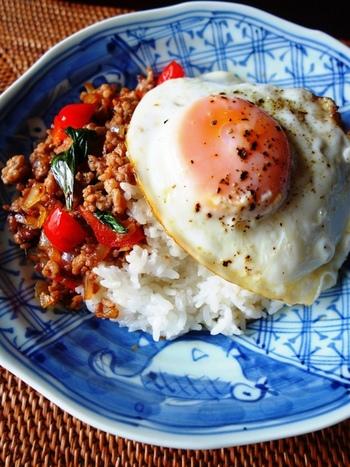 タイのごはん料理「ガパオライス」。挽肉がメインのように見えますが、実は「ガパオ」は「ホーリーバジル」というハーブのこと。ホーリーバジルが手に入りにくい日本では、スイートバジルを使って作ることが多いようです。