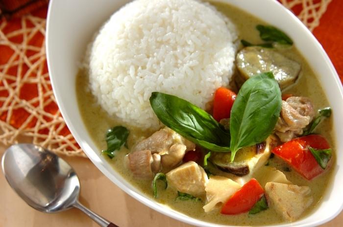 タイカレーの代表格といえばグリーンカレー。グリーンカレーペーストやココナッツミルク、ナンプラーを使って本格的な味に仕上げます。淡い色のスープには、バジルやパプリカなど鮮やかな色の具がよく映えます。