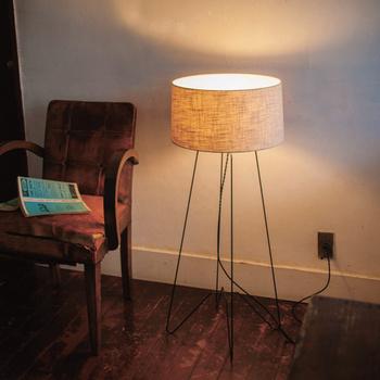 リビングに必要な明るさの目安は、1畳あたり30~40Wと言われています。複数の照明を組み合わせる場合は、ワット数の合計が部屋の広さに応じたものになるようにしましょう。今まで1つの照明を使っていて補助照明を買い足す場合は、メイン照明のワット数を少し減らすことでバランスが取れます。