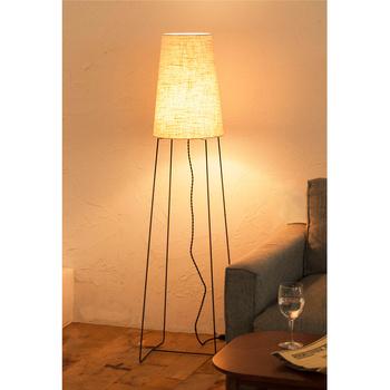 照明=天井に吊るすものという考えを捨てて、置くタイプの照明を使うのもひとつの方法。スタンドライトなら広い範囲に光が当たりますし、低い位置に明かりが置かれることで、お部屋も落ち着いた雰囲気になります。