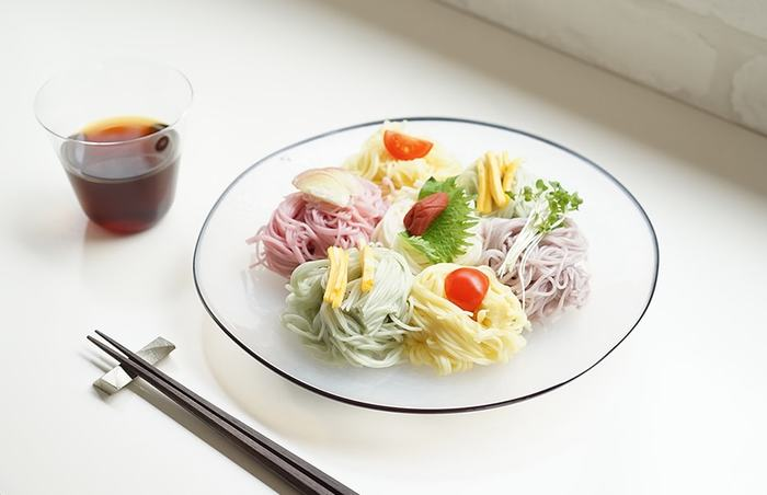 シンプルなガラスの器だからこそ、カラフルな色合いの素麺が良く映えますね。一口分ごとに素麺を盛り付けて、華やかにトッピングを盛り付けたら、ちょっとしたおもてなしにもぴったりです。