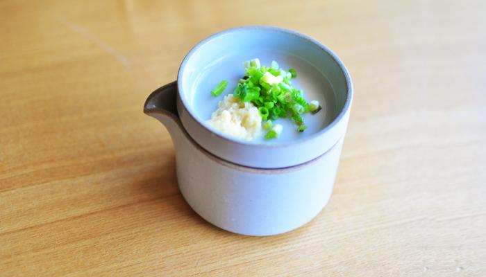 ミルクピッチャーに麺つゆを入れて、プレートに薬味を入れて重ねてセットにして。配膳がラクですし、省スペースにもなりますね。いつもの素麺もスタイリッシュに食べられます。