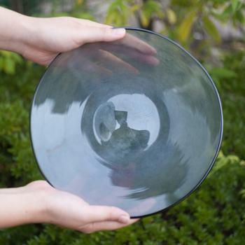 ガラス工芸工房「fresco(フレスコ)」の、宙吹きガラスで作られたガラスの器。微妙な形のゆがみが手作り感たっぷりで独特の味わいがあります。