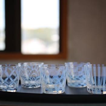 ガラス地にふんわりと優しい乳白色の模様が浮かび上がる、「廣田硝子」の蕎麦猪口。市松模様や波模様などの古来から日本に伝わる模様が、伝統的ながらモダンな印象。