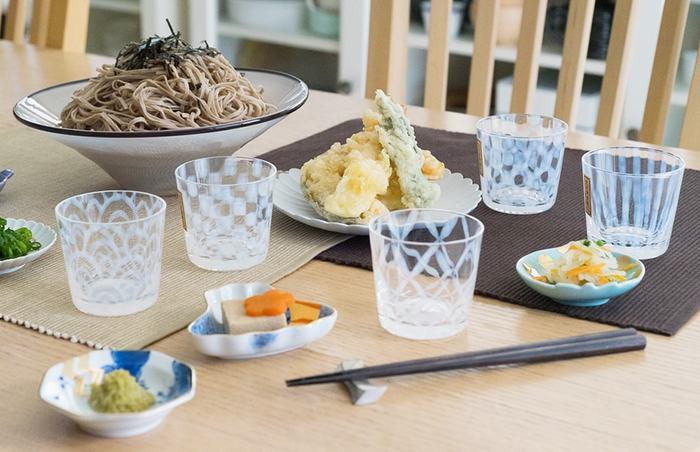 よくある陶器のものとは異なりガラス製だから、蕎麦にはもちろん、おもてなしの時に麦茶を出したり、アイスやデザートを入れたりと何かと使い勝手がよさそう。夏の食卓に使うだけでワンランクアップし、テーブルに涼しげな風を運んでくれます。