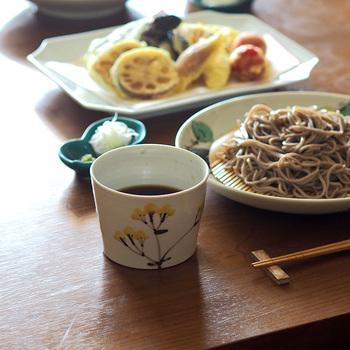 伝統と格式をもつ九谷焼の産地・石川県能美市に窯元を構える「九谷青窯」の蕎麦猪口。秋の七草のひとつ、女郎花(おみなえし)の花が描かれています。