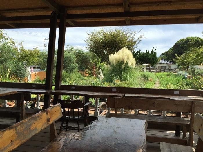 散策の合間にガーデンを眺めながらカフェスペースでゆっくりするのもステキ。テラス席に使われているテーブルは、りっぱな杉の木で作られているそう。