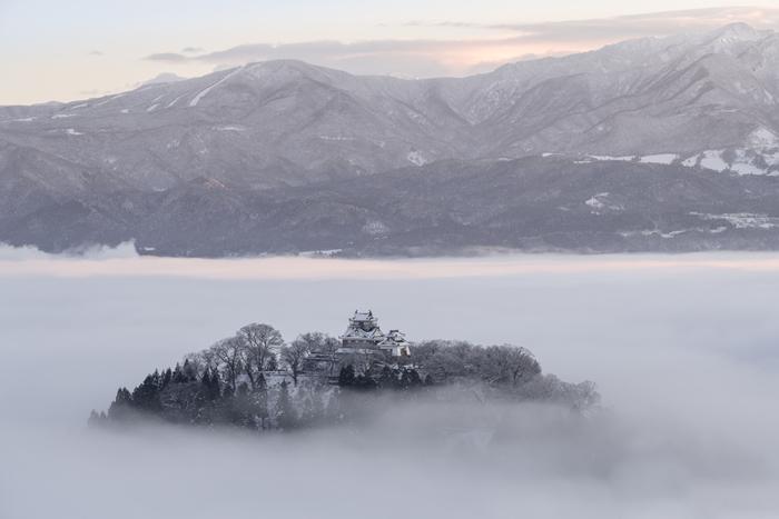 それがこちらの絶景。麓の城下町が霧に包まれて、空に浮かんだように見えるんです。かなりレアな風景ですが、ハイキングがお好きなら、一度はチャレンジしてみてはいかがでしょうか。