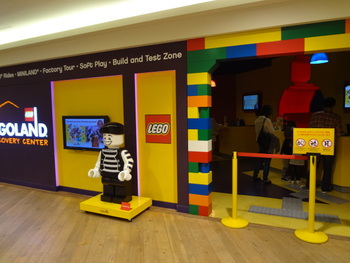 デックス東京ビーチにある「レゴランドディスカバリーセンター」は、3~10歳ぐらいのお子さんにおすすめです。レゴで好きなものを作れるエリアやアトラクションもあり、レゴの世界を満喫できますよ。
