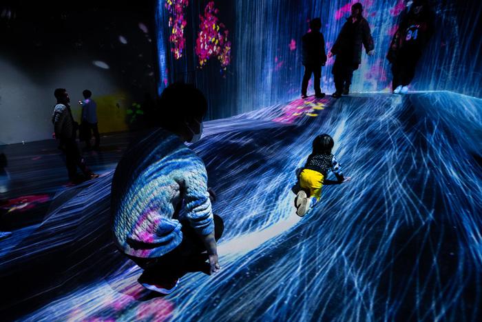 まるで水の中にいるような錯覚を覚えるデジタルアートも。座ったり寝転んだりできる展示もあるので、小さなお子さんも楽しめます。
