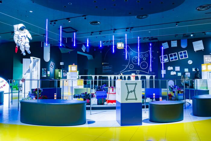 東京ドームシティ内の「宇宙ミュージアムTeNQ」は、ゲーム感覚で宇宙について学ぶことができる施設。当日チケットは指定時間の中から、ご希望の入館時間を選べるので、予定に合わせられて便利です。なお、大型の映像装置や暗転の演出などがあるため、4歳未満のお子さんは入れませんが、不定期に開催される「ファミリーデー」は入館できるので、公式HPをチェックしてみてください。