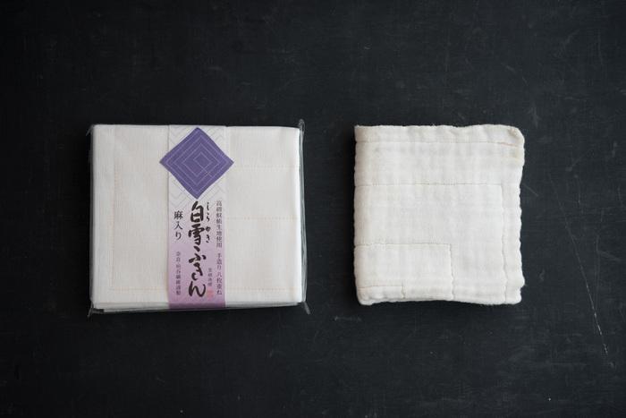 ふきんは、食器やテーブルを拭いたり、野菜の水気を取るなど台所で欠かせないアイテム。奈良県で蚊帳製造業を営む垣谷繊維が蚊帳生地から作った「白雪ふきん」は、丈夫で長持ち。食器用から台拭き、そして雑巾へ用途を変えて使える頼もしいふきんです。