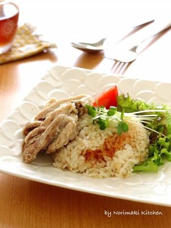 タイのカオマンガイによく似た、シンガポールチキンライス。味付けが少し異なるのが特徴です。塩麹で柔らかくした豚肉と、生姜のきいたジャスミンライスがよく合います。
