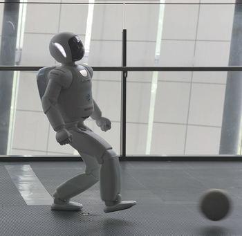 実演コーナーは毎回人気。こちらは、ヒューマノイドロボット「ASIMO(アシモ)」が実際に動く様子を間近で0見られます。ロボットと暮らす未来を空想するのも楽しいですね。
