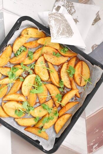 下味をつけたジャガイモをオーブンで焼き上げるだけの簡単レシピ。ビールが進む一品です。