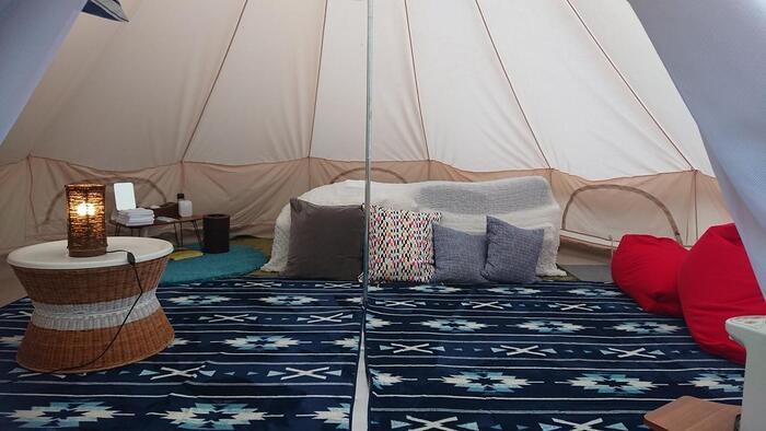 画像のようなテントスタイルのグランピング施設は、テントが何人も泊まれる大きなサイズになっています。まるでお家のような雰囲気でリラックスできそうです。ごろんと寝てくつろげるテントは、お子さん連れの方にもおすすめ。また、「テントを準備しないとキャンプってできないのでは」「テントを組み立てられないな…」という心配があるアウトドア初心者さんは、まずグランピングでテント宿泊をお試しするのもいいですね。