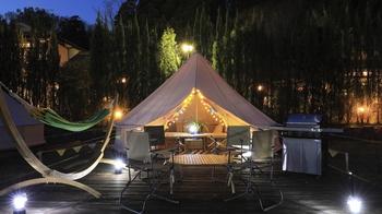 魅力的で、華やかなキャンプ。それが叶えられるのがグランピングです。キャンプのようにテントを張ることに手こずってしまったり、荷物をたくさん準備せずとも、気軽にキャンプ気分を楽しめるのです。グランピング施設の中には、まるでホテルのように快適なお部屋が完備されているところもあるんですよ。