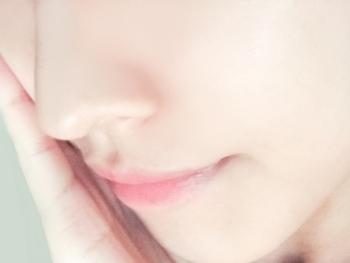 ただでさえ夏の唇は弱り気味。しっかり口紅を落とさなければ荒れてしまいますが、力任せに擦ると逆効果に。合成界面活性剤不使用の刺激の少ないクレンジングで、優しく撫でるように落としてあげましょう。