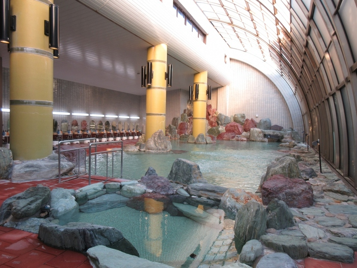 東尋坊などからのアクセスも良く、福井観光の拠点として人気の「あわら温泉」。旅館ごとに、趣のある豪華な庭園や日本海の新鮮な海の幸を楽しめます。