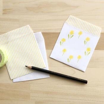こちらは、タンポポ柄をあしらったレターセット。  このように、季節にあったお花を描いてみてはいかがでしょう。真っ白な封筒でも、ぱっと華やかになりますよね。