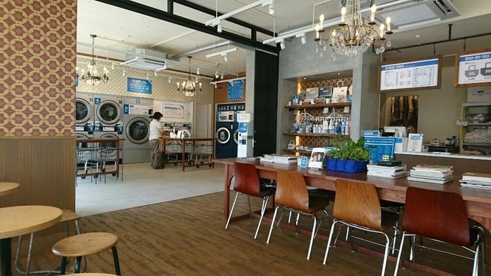 ランドリースペースの隣にあるカフェは、モダンクラシックな落ち着いた雰囲気。店内に流れる音楽も優雅で、コインランドリーとは思えないほどリラックスできる空間です。一角には、人気のランドリーグッズコーナーも。