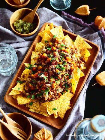 ひき肉と角切りのかぼちゃを一緒に炒めて、クミンやナツメグを加えたスパイシーな一品。こちらは、とかしたチーズではなく粉チーズをトッピング。トルティーヤチップスは市販を使えばより時短になりますよ。