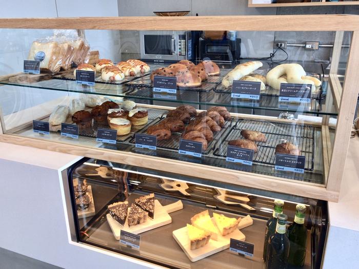 カフェスペースには、種類豊富なパンとこだわりのコーヒーが評判の「CROSSROAD BAKERY&CAFE(クロスロードベーカリー&カフェ)」が入っています。有名店のパンとコーヒーがコインランドリーでいただけるなんて、ちょっぴり贅沢な気分。