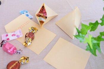 最後に、封筒ではありませんが、「立体三角形」の袋の作り方をご紹介。  茶封筒でお馴染み、長4封筒を、手元に用意してください。そして、下半分を切り取りましょう。  ※半分より、もっと上のところでカットしたほうがやや安心です。