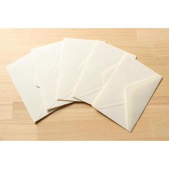 横で使うなら、「洋形封筒」が適しています。  もちろん封筒をハンドメイドするなら、自分の手でオリジナルのサイズ・形を楽しんで良いのですが、形を知っておくと、基準を考えやすくなりますよ。