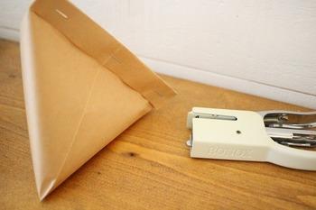空いている面を、ホッチキスで留めたり、テープでとめたりすれば、完成!ころんとした形が可愛らしいですよね。