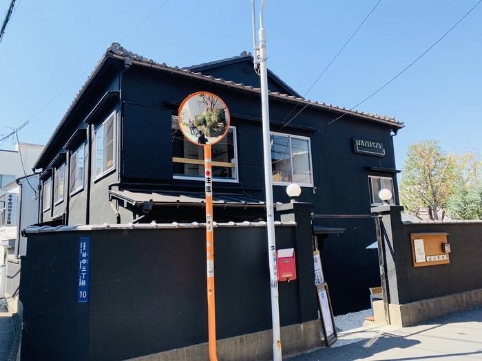 はじめにご紹介する「HAGI CAFE(ハギカフェ)」は、JR日暮里駅・千代田線の千駄木駅どちらからも歩いて5分ほどの岡倉天心記念公園の目の前、複合施設「HAGISO」の1階にあります。