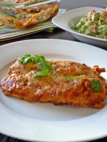 「エンチラーダ」とは、トルティーヤで肉などを巻いて(または炒めた具材を詰めて)ピリ辛ソースをかけてた料理の総称。チーズをトッピングして焼いたラザニアのようなタイプもあります。