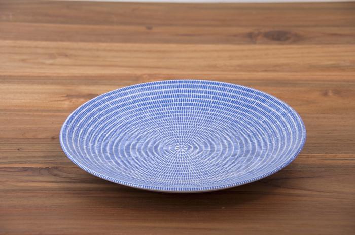 映画の中でおにぎりが登場したシーンで使われていた食器は、北欧フィンランドの大自然で育まれた「ARABIA」24h Avec。日本の藍色を連想させる、深く美しい青が、食卓を優しく引き立ててくれます。