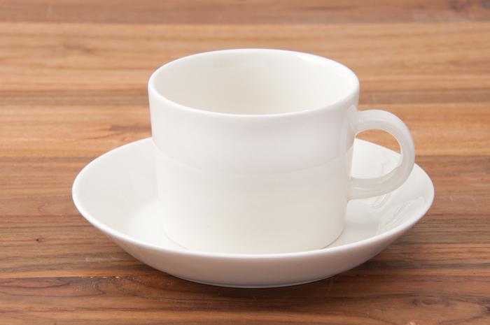 フィンランドのテーブルウェアブランド「イッタラ」のティーマシリーズのカップ&ソーサー。無駄の無いシンプルなデザインは日常使いするのにぴったりのアイテムです。ティーマのカップ&ソーサーは、小さい持ち手が付いた上品なカップに、15cmプレートをセットになっています。一緒に使うのは勿論ですが、別々に使ってもOK!カラーはミルクのような柔らかな印象のホワイト。