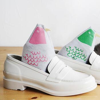 毎日履くけれどなかなかお手入れができない靴。できるだけきれいな状態で履きたいですよね。そこでおすすめなのが、シューデオドライザー(靴の消臭・調整剤)です。中には、脱臭機能と調湿機能を併せ持つ「セラミック炭」が入っていて、この炭の力で靴の中を快適&爽やかにします。