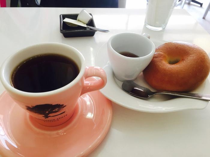 平日のモーニング限定の「アサイチコーヒー」は、日替わりの焙煎コーヒーをリーズナブルにいただけると人気。これを楽しみに通う地元の常連さんも多いんだとか。手作りのベーグルと一緒にいかがですか?プレーンベーグルは、コーヒーともよく合うチョコレートソース付きです。