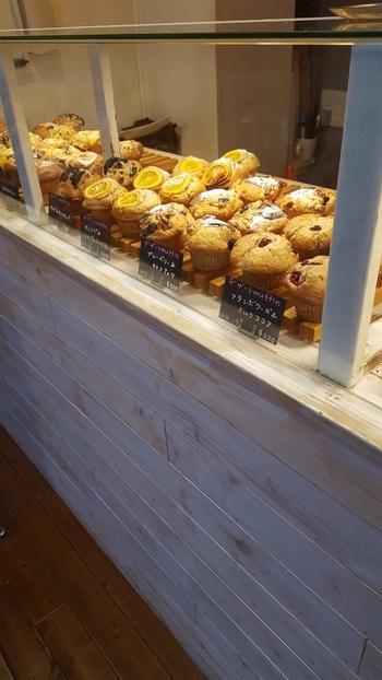 お店のショーケースには、甘いものからお食事系まで種類豊富なマフィンが並んでいます。