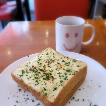 4種類あるモーニングの中で1番人気なのが「クロックムッシュ」です。厚切りトースト2枚の間にハムがサンドされ、上にはホワイトソースがたっぷりでボリューム満点。朝からパワーチャージすれば、1日元気に過ごせますね。