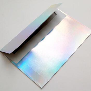 封筒に高級感を出したいなら、ぴったりな市販の封筒を探すより、特殊加工を施した紙素材を買ってきて、それをシンプルな封筒に自作するのもおすすめ。一級品の輝きですね。