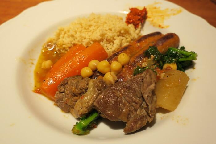 フランスなどのヨーロッパ圏でよく食べられている料理「クスクス」。クスクスは、北アフリカ発祥の小麦粉から作る世界最小のパスタ。とってもヘルシーな料理ですよ!ここマツキでは「メルゲーズ」というソーセージや子羊肉に、お野菜がごろっと入ったちょっとスパイシーなスープをかけていただきます。18時半〜21時まではコースのみ。アラカルトで楽しみたい方は夜が深まった頃に行くことをおすすめします。