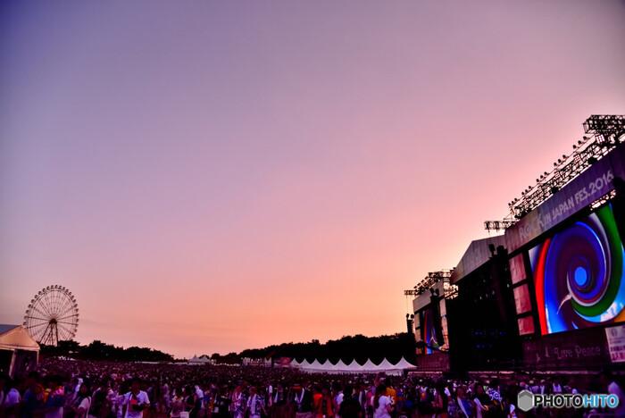 ■開催日:毎年8月上旬 ■場所:国営ひたち海浜公園  人気音楽雑誌『ROCK'IN ON JAPAN』のロッキング・オンが主催の日本最大級の野外フェス。タイトル通り、出演者は邦楽アーティストに絞られています。2000年に開催されてから、毎年8月の夏真っ盛りに開かれ、2018年には27万以上を動員する夏を代表するイベントとなりました。2019年はなんと5日間開催で、自然に囲まれた7つのステージでパフォーマンスするのは、大物アーティストから急上昇アーティストまで幅広く、贅沢な1日を楽しむことができます。